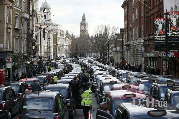 У Британії та Канаді тисячі таксистів заблокували вулиці, протестуючи проти Uber