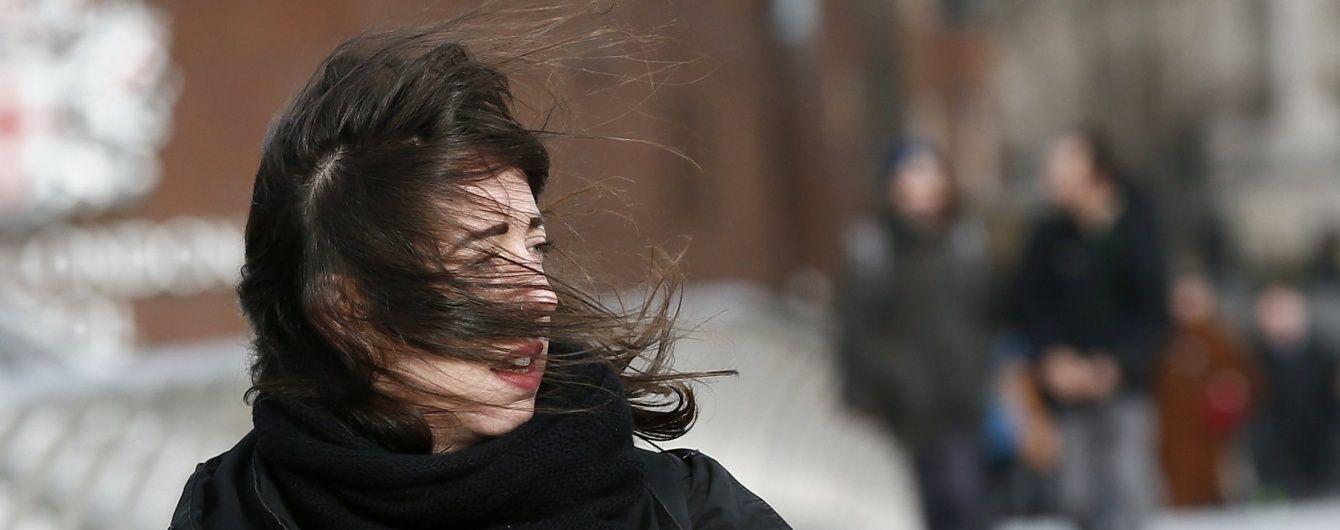 В Україні вирує штормовий вітер та сунуть дощі зі снігом