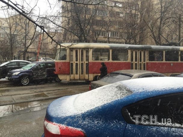У Києві на Подолі трамвай злетів із колій і потрощив позашляховик