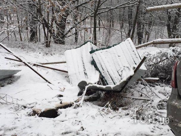 Під Києвом легковик злетів зі слизької траси та розбив паркан