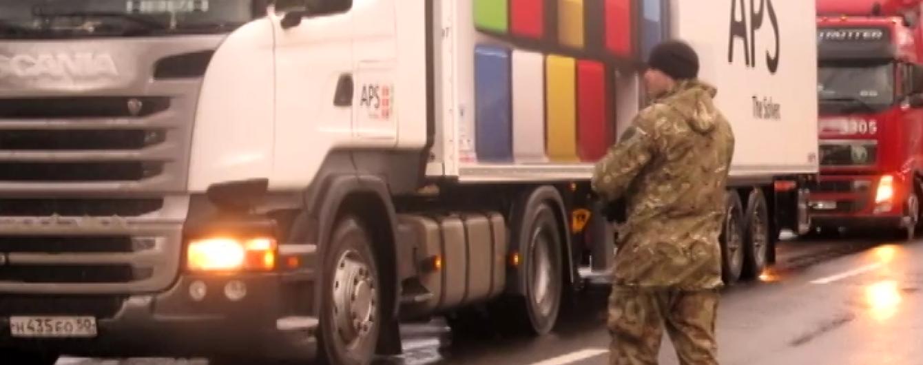 Активісти на Закарпатті почали блокувати російські фури