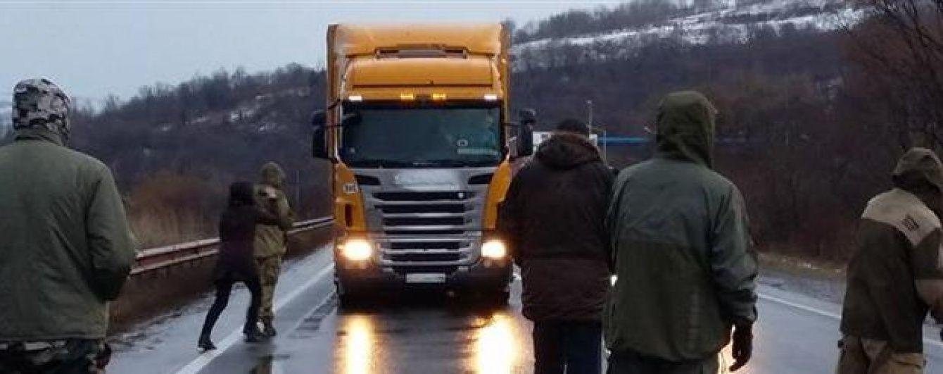 Блокада російських фур на Закарпатті: кілька вантажівок спробували прорвати оточення