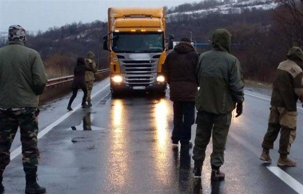 Блокування фур. Закарпатські активісти не пускають до України російських далекобійників