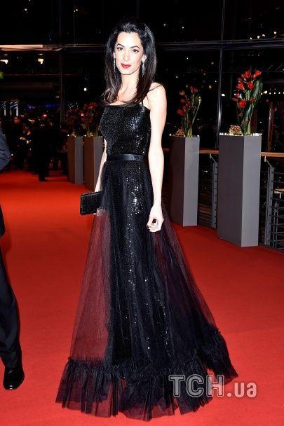 """""""Блискуча"""" Амаль Клуні вразила розкішною сукнею на червоній доріжці """"Берлінале"""""""