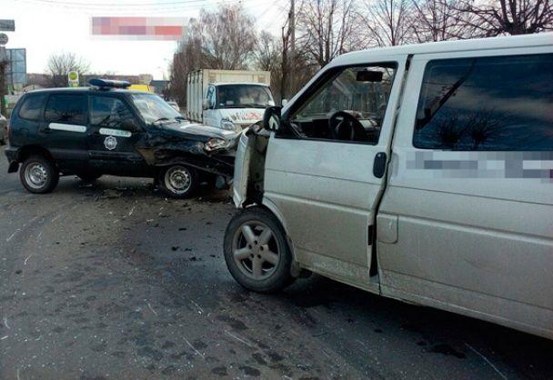 На Житомирщині п'яний водій за кермом мікроавтобуса потрощив поліцейське авто