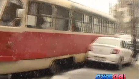 В столице трамвай сошел с рельсов и протаранил две машины