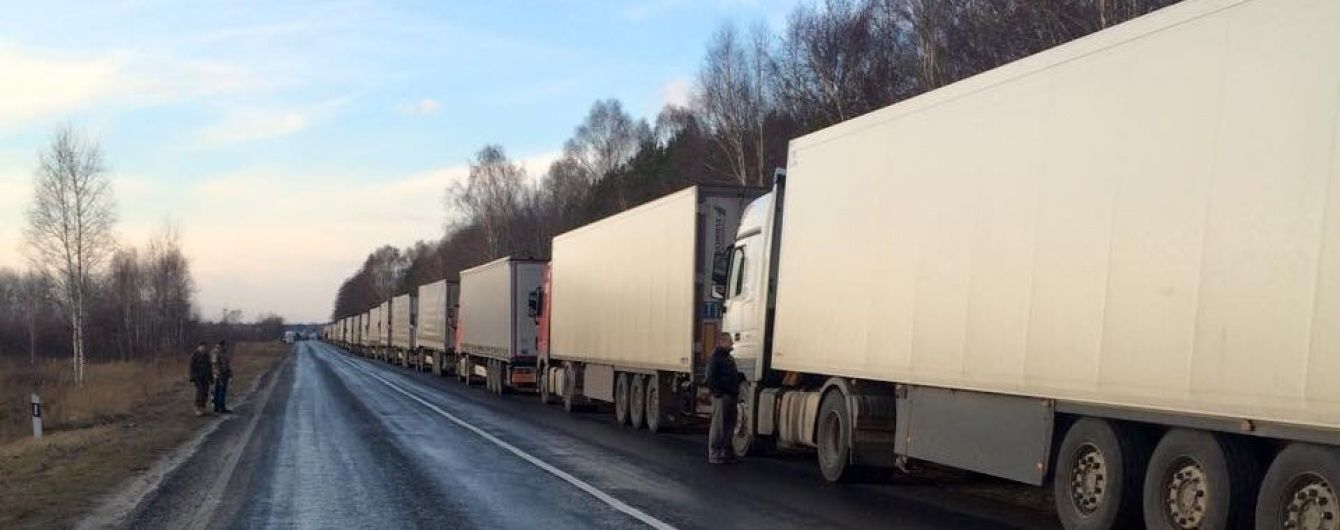 """На Волині 25 російських вантажівок застрягли у """"пастці"""" на блокпості"""