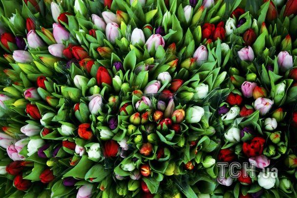 """Від райдужних троянд до різнокольорових тюльпанів: крамниці """"вибухнули"""" квітами до Дня закоханих"""