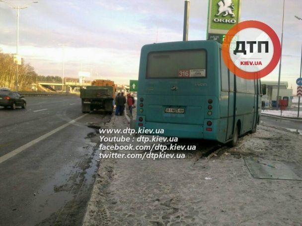 Під Києвом на бориспільській трасі маршрутка протаранила вантажівку