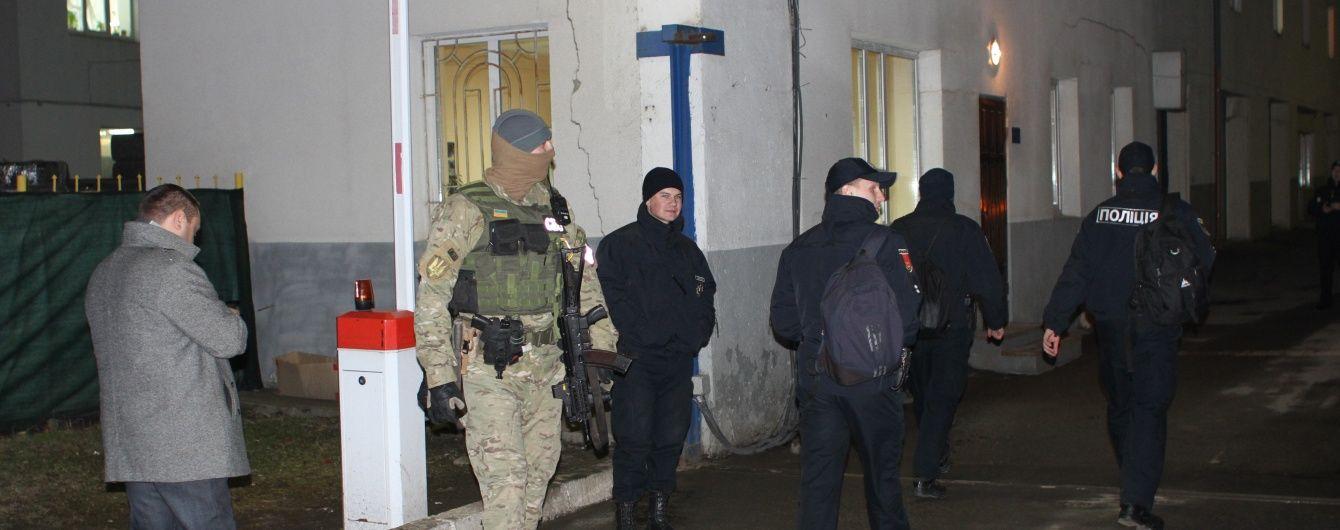 В Одесі зі спецназом затримали поліцейську, яка продавала амфетамін просто на робочому місці