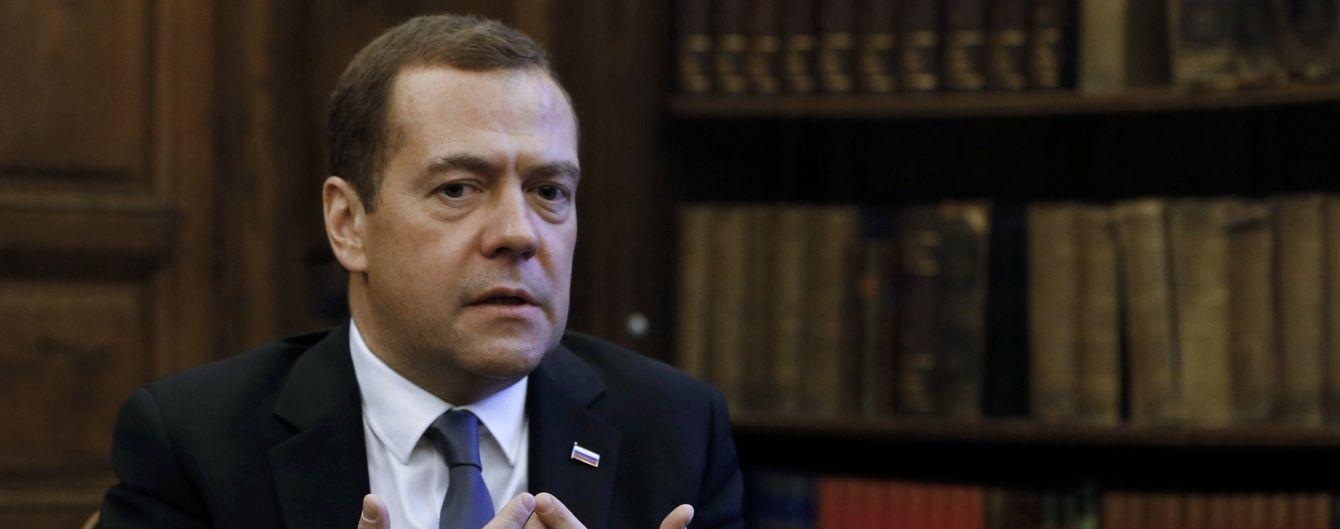 Медведєв погрожує заборонити в'їзд до Росії будь-якого транспорту з України