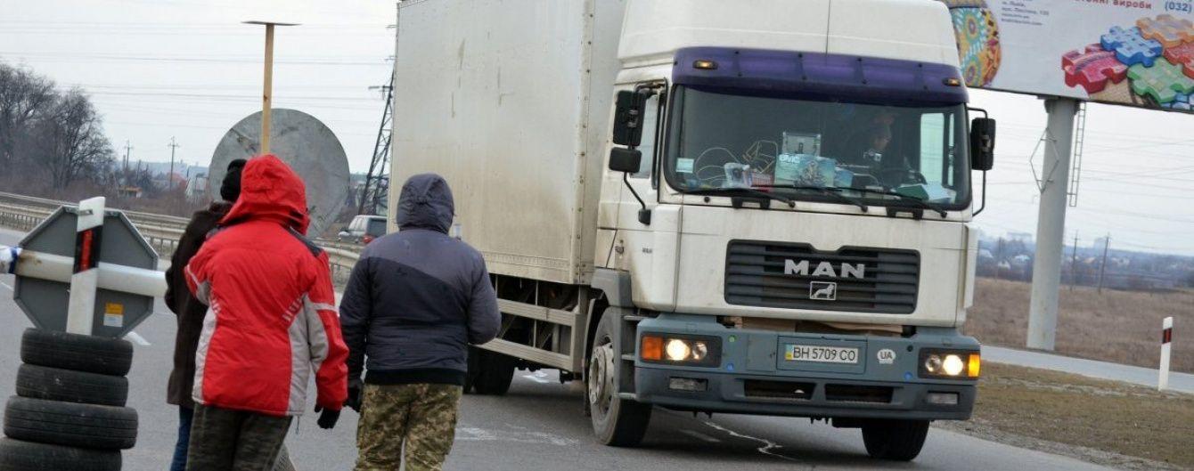 Нахабні водії та конфлікти між активістами: як блокують російські фури на Волині