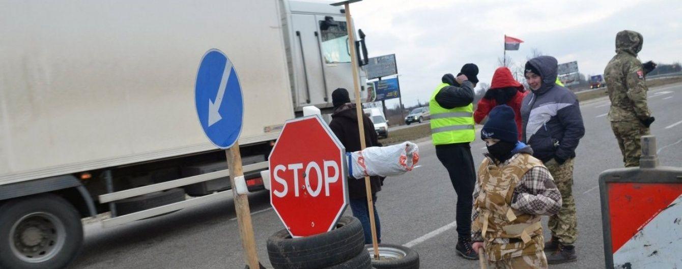 Україна офіційно заборонила транзит усіх російських вантажівок