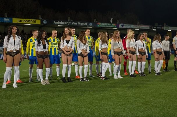 Голландські футболісти проміняли дітей на оголених дівчат