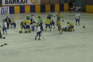 Хокейний матч за участю збірної України завершився грандіозною бійкою на льоду