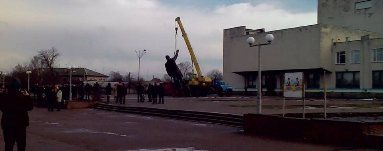 На Чернігівщині знесли найбільший в Україні пам'ятник Леніну