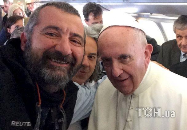 """Найяскравіші фото дня: селфі з Папою Римським, веселка над мігрантськими """"Джунглями"""""""