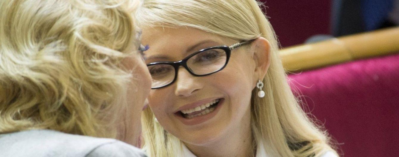 """Як ти поводився, Арсенію? Юзери порівнюють """"нову"""" Тимошенко із звабливою вчителькою"""