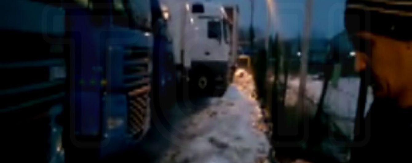 """Українські далекобійники залишаються у """"блокаді"""" на території Росії"""