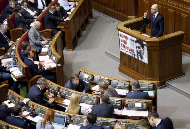 Переконував, посміхався і пив водичку: як Яценюк реагував на доленосне засідання Ради