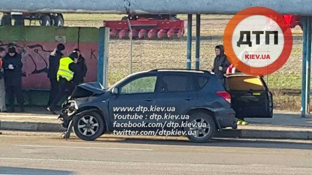 У Києві на Окружній Toyota розтрощила ВАЗ, а водія від удару викинуло через заднє скло