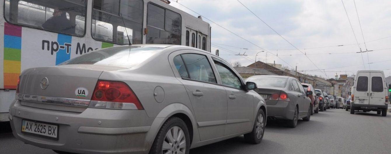 У Києві невідомий обстріляв іномарку у заторі: водій отримав поранення