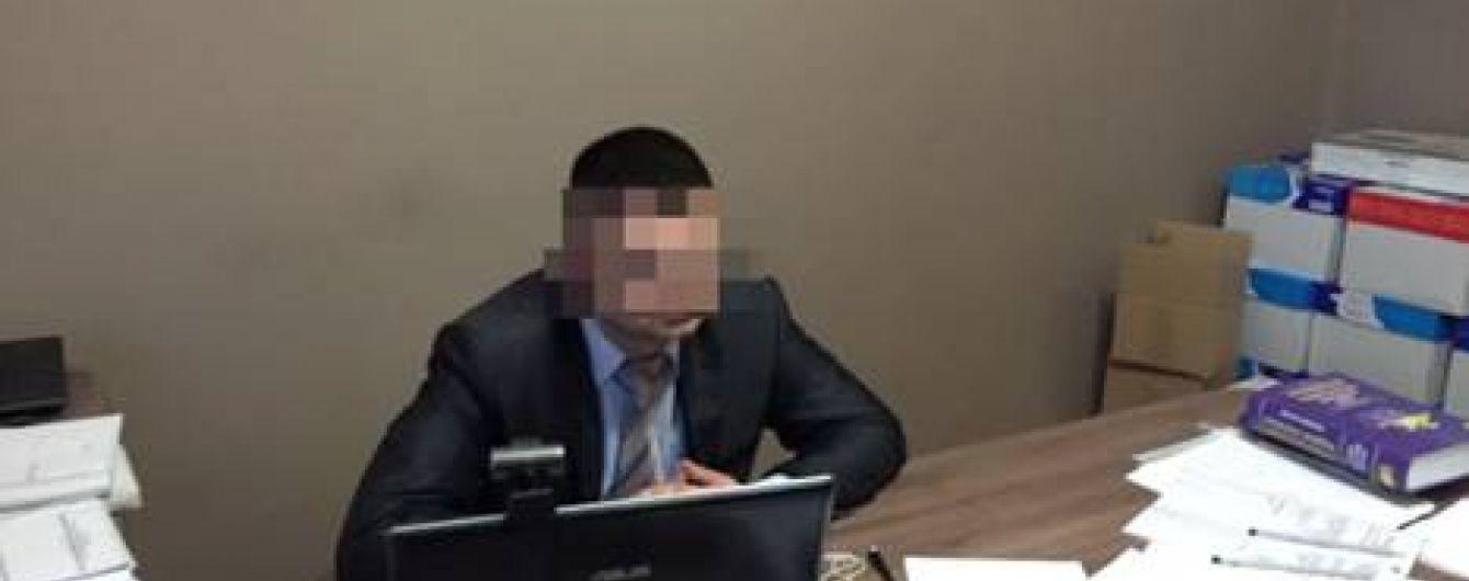 На Прикарпатті на хабарі затримали одного з керівників прокуратури та його спільницю