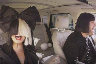 Sia у фірмовій перуці з величезним бантом вразила потужним виконанням хітів у авто-караоке