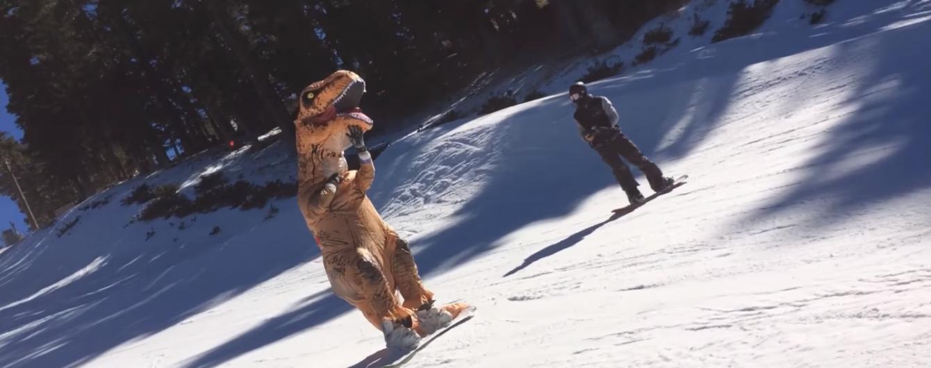 Світ Юрського періоду в реальному житті. Хлопець у костюмі тиранозавра збирає мільйони переглядів