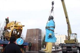 На Дніпропетровщині повалили синьо-жовтого Леніна