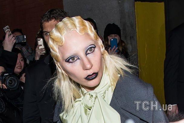 """Невпізнавана Леді Гага в образі чорного лебедя в черевиках-""""танках"""" вийшла на подіум"""