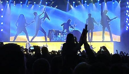 Scorpions выступили на фоне украинского флага