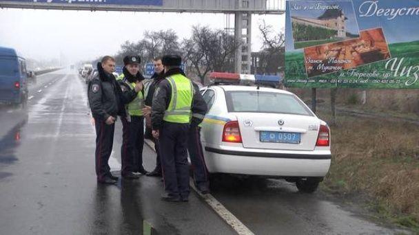 """Полиция """"выпроводила"""" под три десятка заблокированных российских фур с Закарпатья"""