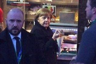 Народний перекус: Меркель не погребувала картоплею-фрі у вуличному кафе