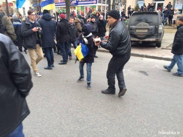 Фото дня. Як у Києві трощили офіси Ахметова та російських банків