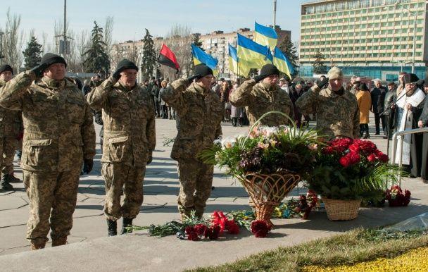 Стометровий прапор і пам'ятні лампадки. Як українці вшановують Героїв Небесної Сотні