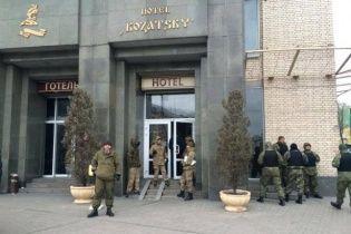 """У МВС заявляють, що не ставили ультиматум """"революціонерам"""" у готелі """"Козацький"""""""