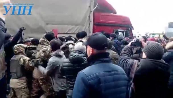 На Майдані активісти та силовики влаштували штовханину