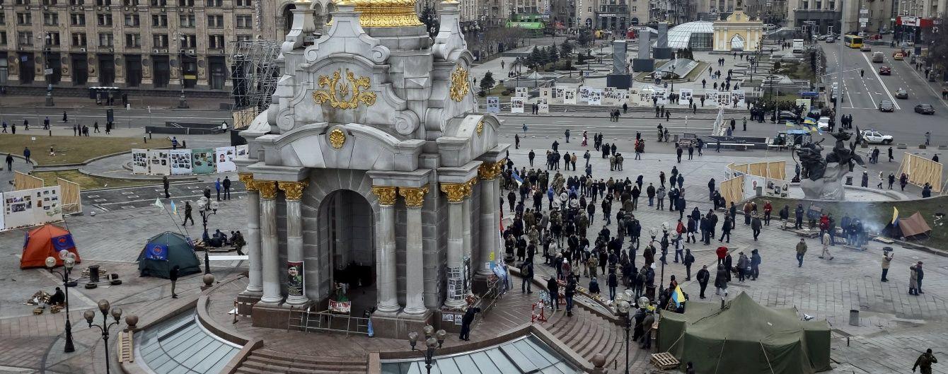 """Ніч на Майдані провели 30 активістів, а з """"Козацького"""" виселили усіх """"революціонерів"""""""