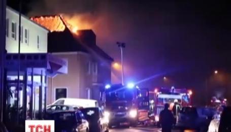 У німецькому місті Буатцен натовп людей радів через пожежу в притулку для мігрантів