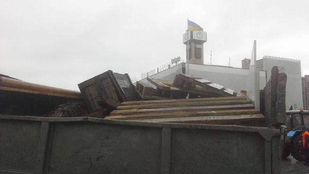 """На Майдані демонтують намети """"революціонерів"""""""