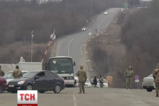 У чергах перед КПП на Донбасі жителі окупованих районів заговорили про єдину Україну
