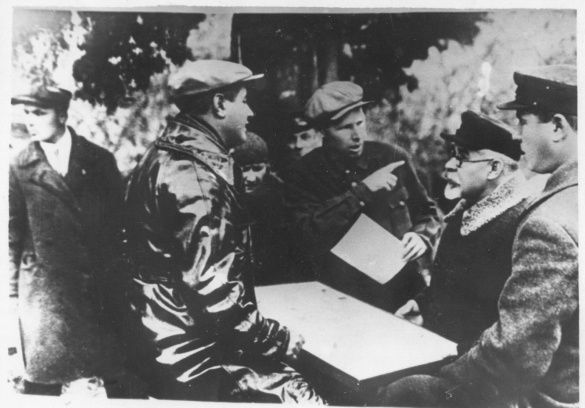 Петровський з партійцями (другий справа)