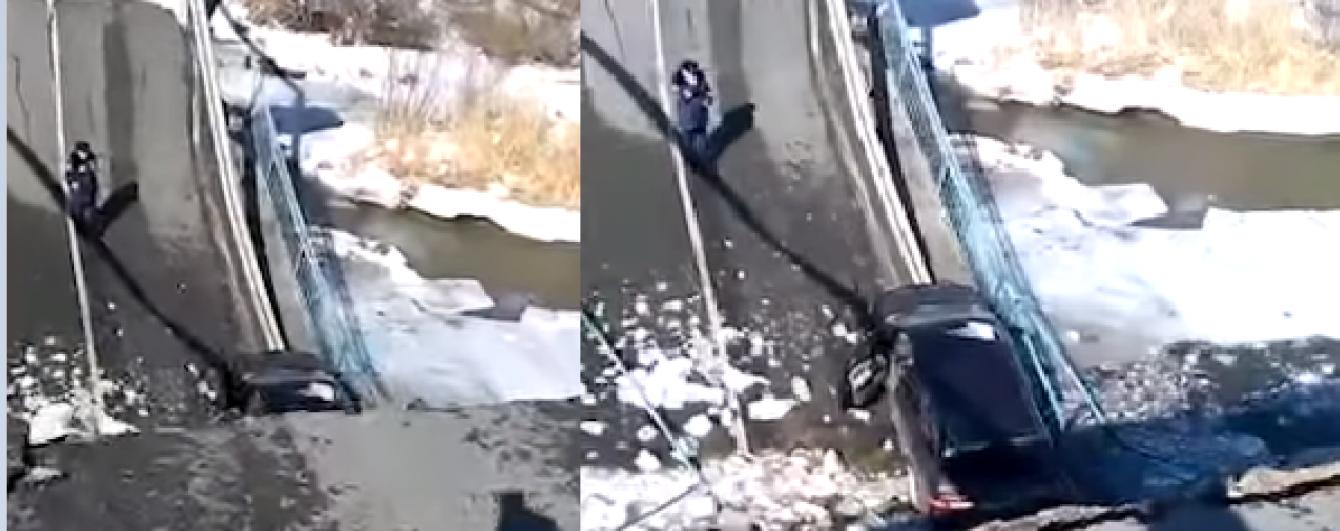 У Росії через вантажівку обвалився автомобільний міст