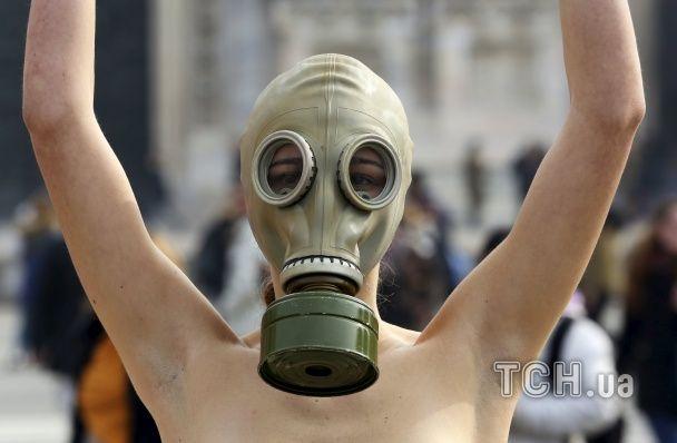 Тепер в Мілані: голі моделі в протигазах протестують біля собору