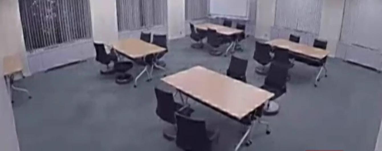 Японці розробили стільці, які самостійно їдуть на своє місце в кімнаті