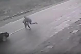 Житель Закарпаття героїчно врятував дитину від наїзду авто, взявши удар на себе