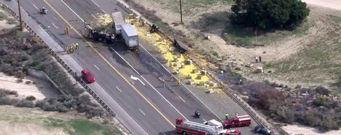 У Каліфорнії через ДТП на дорогу розсипалося 20 тонн лимонів