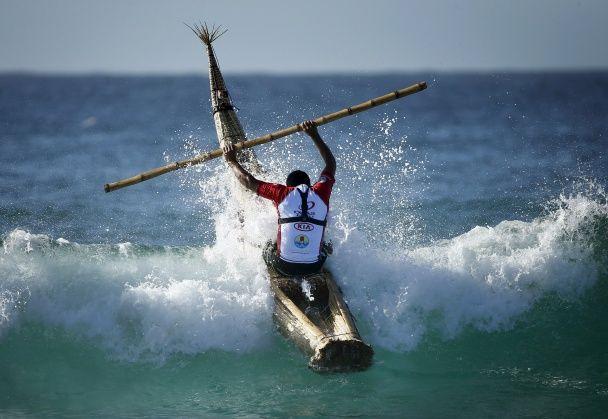 На гребені хвилі. Перуанський серфер підкорює океан на традиційній дошці
