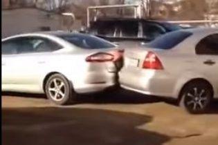 """У Краснодарі п'яна водійка, """"феєрично"""" паркуючись, понівечила 17 машин"""